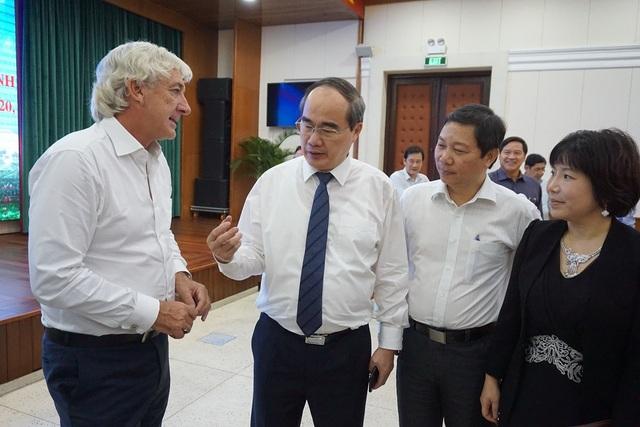 Bí thư Thành ủy TPHCM Nguyễn Thiện Nhân trao đổi với các chuyên gia bên lề hội nghị