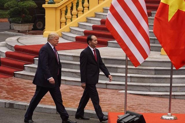 Hai nguyên thủ Việt Nam - Mỹ tiền tới khu vực họp báo (Ảnh: Hữu Nghị)