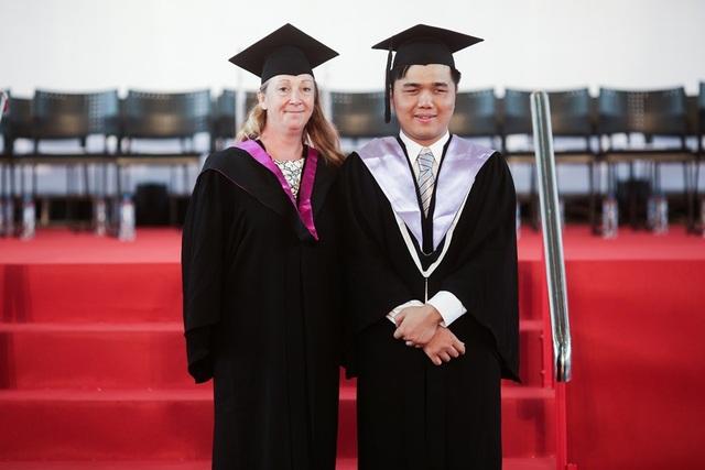 Tú và cô Carol Witney, Quản lý bộ phận Dịch vụ bình đẳng giáo dục, cùng tham dự Lễ tốt nghiệp 2017 của RMIT Việt Nam.
