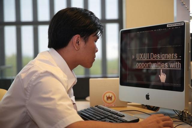 Với chuyên môn về phần mềm ZoomText, Tú là người huấn luyện về Công nghệ hỗ trợ của ELS.
