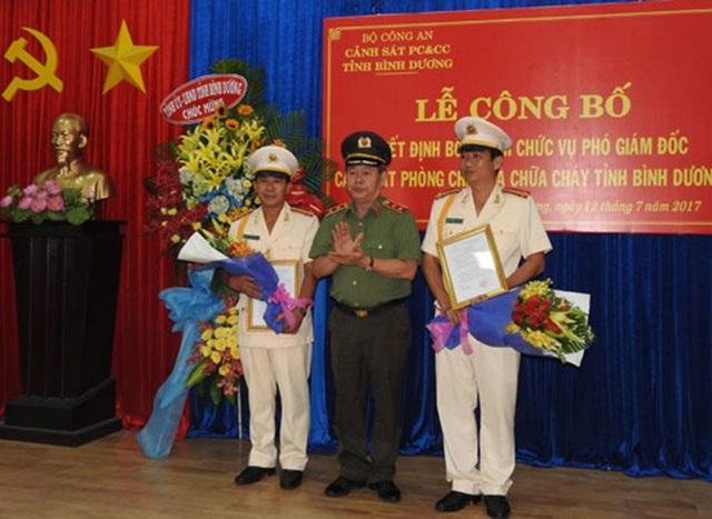 Trung tướng Nguyễn Thanh Nam - Phó Tổng cục trưởng Tổng Cục Chính trị, Bộ Công an trao quyết định bổ nhiệm cho 2 phó giám đốc Cảnh sát PCCC tỉnh Bình Dương (ảnh: báo Bình Dương).