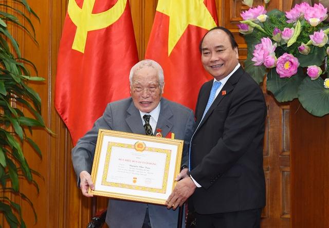 Thủ tướng Nguyễn Xuân Phúc trao Huy hiệu 80 năm tuổi Đảng cho nguyên Bí thư Trung ương Đảng Nguyễn Văn Trân (ảnh: VGP)