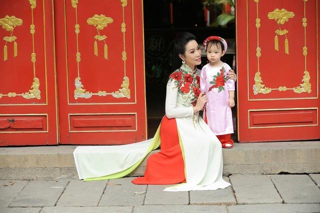 Hai mẹ con cùng xuất hiện trong tà áo dài tông xuyệt tông đáng yêu và cuốn hút