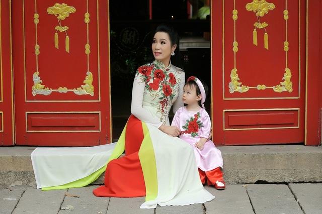 Tuy nhiên, với nhan sắc trẻ trung, luôn chăm chút hình ảnh mỗi khi xuất hiện, á hậu trông vẫn như một bà mẹ trẻ