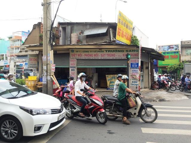 """Ngôi nhà có địa chỉ 845A Âu Cơ, phường Tân Thành, quận Tân Phú (TPHCM), gần 3 năm nay vẫn """"thi gan cùng tuế nguyệt"""", trơ trọi giữa 3 giao lộ Âu Cơ – Lũy Bán Bích. Căn nhà 3 mặt tiền khá cũ kĩ với 1 gác xép vẫn hoạt động kinh doanh bình thường"""