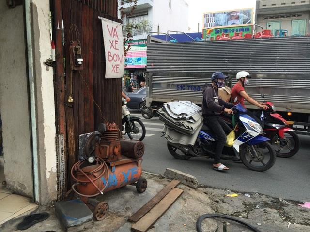 Một góc nhỏ được đặt máy bơm xe cho khách qua đường