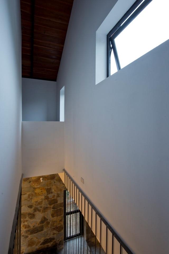 Các khung cửa sổ từ trên cao cũng giúp căn nhà thoáng đãng, mát mẻ hơn và vận dụng tối đa ánh sáng từ thiên nhiên.