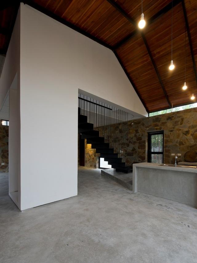Căn nhà được xây lên với 2 tầng. Trong đó, toàn bộ tầng 1 là không gian dành cho các sinh hoạt chung, tầng 2 là chỗ nghỉ ngơi của các thành viên trong gia đình.