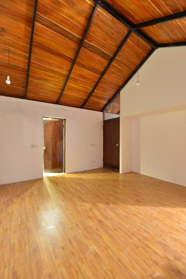 Giữa các phòng không sử dụng tường chắn hoặc vách ngăn, mang đến không gian sinh hoạt chung thoáng rộng. Tổng kinh phí xây dựng căn nhà hết hơn 600 triệu đồng (chưa tính nội thất rời).