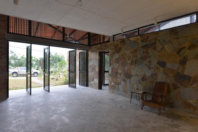 Căn nhà được thiết kế một cách tối giản khi phòng sinh hoạt chung và các phòng chức năng thông với nhau không hề có một vách ngăn nào tạo cảm giác rất rộng rãi cho các không gian.