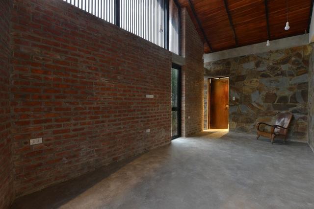 Công ty thiết kế và thi công cũng tiết lộ, thời gian xây dựng căn nhà trung bình khoảng 4 tháng. Các kiến trúc sư đã khéo léo vận dụng vật liệu địa phương kết hợp với phương thức xây dựng không quá phức tạp để thợ địa phương có thể thực hiện được.