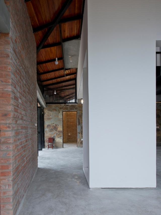 Những mảng tường lát đá hoặc tường gạch mộc được sử dụng đan xen, linh hoạt, tạo thành diện mạo độc đáo cho căn nhà.