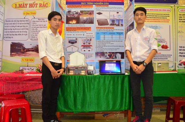 Hai em Hoàng Công Phước Khánh và Nguyễn Hữu Hùng bên mô hình ngôi nhà an toàn.