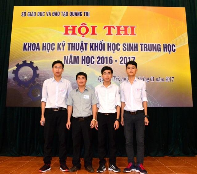 Khánh và Hùng cùng với thầy giáo tại cuộc thi Khoa học kỹ thuật khối trung học.
