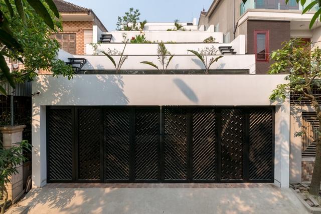 Bắt nguồn từ ý tưởng hoà trộn hai yếu tố đặc trưng của nông thôn Việt Nam là Nhà và Ruộng bậc thang, qua đó đưa người dân thành thị lại gần hơn với thiên nhiên, ngôi nhà mang tên Tổ ấm ruộng đã dần được hình thành. Ngôi nhà có diện tích 110m2, được xây dựng ở tỉnh Hà Tĩnh.