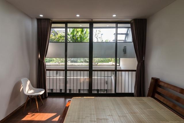 Cách bài trí phòng ngủ cũng vô cùng đơn giản đơn giản. Ngay cả khi không sử dụng rèm, ngôi nhà vẫn có sự kín đáo.