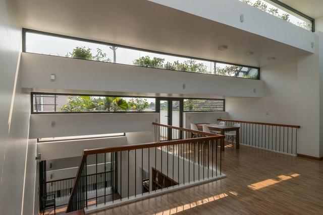 Thiết kế xếp bậc giúp căn nhà mở ra các góc sáng, râm, tận dụng được tối đa ánh sáng mặt trời. Nhờ phần mái dốc tạo thành những những khe thoáng, khắp không gian luôn đầy những vệt nắng xen kẽ và ánh nắng chan hòa.