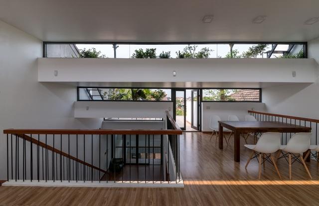 Tổ ấm ruộng lấy tông màu trắng làm chủ đạo. Đầu tư vào thiết kế hình khối kiến trúc, ngôi nhà tối giản về màu sắc và nội thất. Các vật dụng đều đơn giản nhưng sang trọng và không kém phần tinh tế.