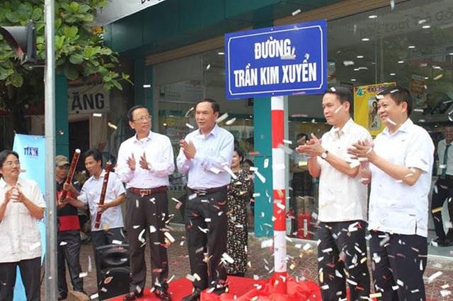 Đại diện tỉnh Hà Tĩnh, huyện Hương Sơn và TTXVN cắt băng khánh thành đường Trần Kim Xuyến.