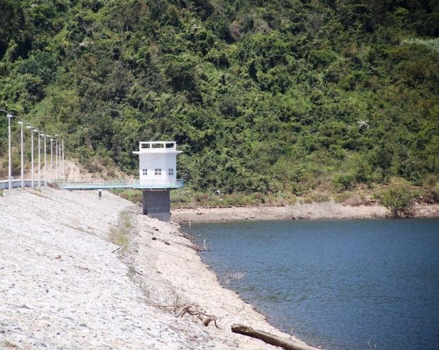 Nhà canh gác cách khu vực cửa van xả lũ trên 800 mét, khi xảy ra sự việc nhân viên trực không hay biết