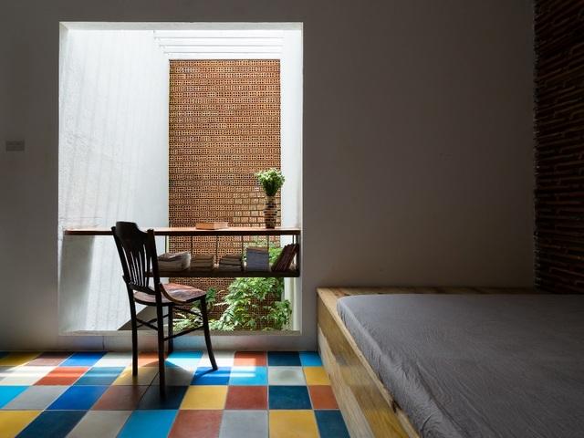 Các phòng ngủ đa số đều có thiết kế đơn giản với một màu sơn nhưng lai có điểm nhấn là sàn nhà nhiều màu sắc. Chính nhờ sự sắp đặt tinh tế này mà không gian trở nên tươi mới, hiện đại, cuốn hút hơn.