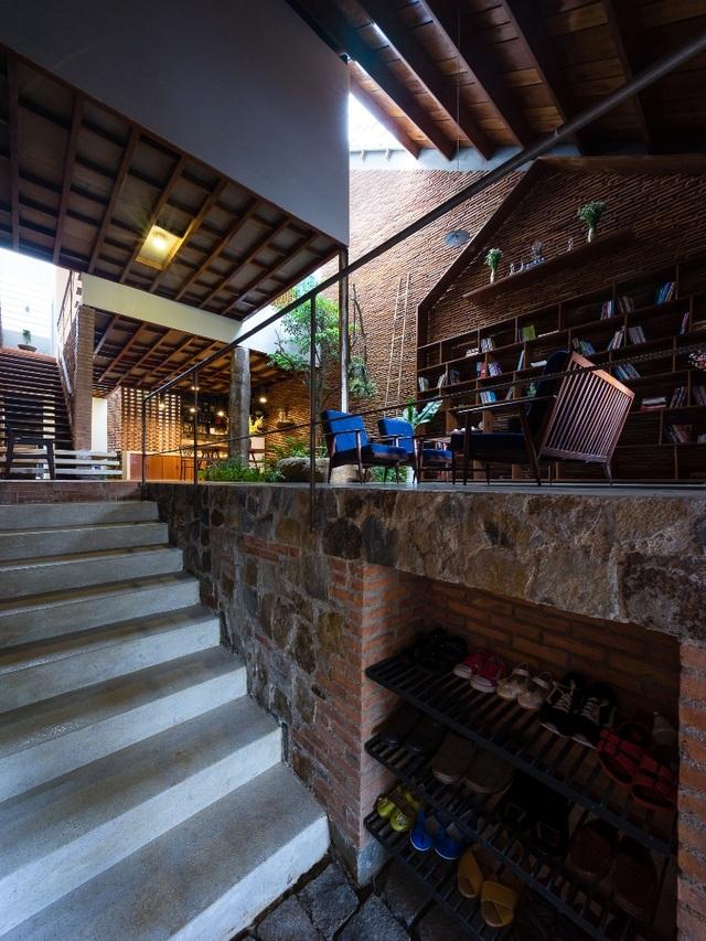 Kiến trúc sư khá sáng tạo khi tận dụng tối đa khoảng trống để đựng giày dép. Các vật liệu được sử dụng linh hoạt, các bức tường bằng ngói, bằng đá đặt xe kẽ trong một không gian nhưng không hề rối mắt.