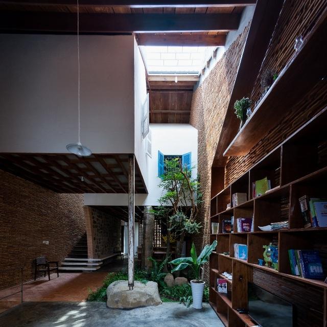 Hướng đến kết nối với thiên nhiên nên công trình được thiết kế với trần để mở cho ánh sáng tràn vào nhà bất cứ lúc nào và bất cứ đâu, cho ta cảm giác như đang sống trong một ngôi nhà cây thú vị với đầy đủ tiện nghi.