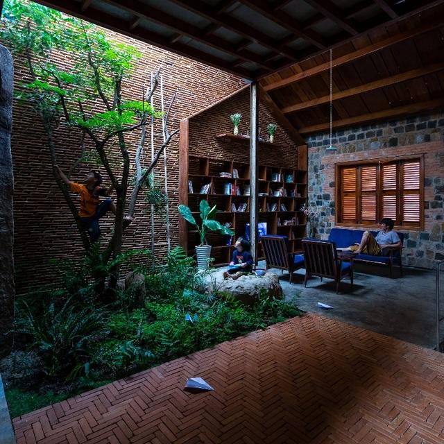 Khu vườn mini được đặt ngay giữa nhà. Đây là không gian thích hợp cho cả gia đình cùng sinh hoạt, giúp con trẻ tránh xa các thiết bị điện tử, người lớn được đắm mình trong thế giới của sách và những câu chuyện thường nhật, đem mọi người xích lại gần nhau.