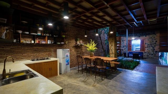 Không nằm ngoài kiến trúc của căn nhà, khu bếp cũng được xây dụng và thiết kế mang đậm nét truyền thống pha lẫn hiện đại, đem lại cảm giác ấm cúng.
