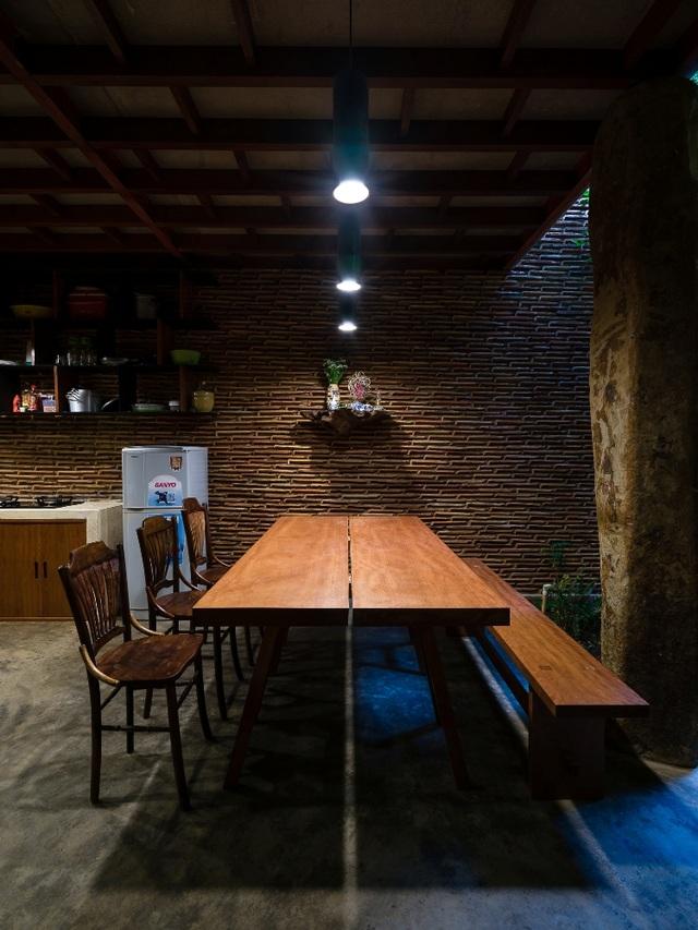 """Bàn ăn bằng gỗ rộng rãi, mộc mạc nhưng không kém phần hiện đại. Tạp chí nước ngoài Digitaltrends khen ngợi ngôi nhà như """"một điều kỳ diệu của kiến trúc khiến những người như chúng tôi cảm thấy vô cùng ghen tị"""". Ngoài ra, Uncle's House còn được giới thiệu trên các tạp chí kiến trúc nổi tiếng thế giới khác như Arch Daily, Inhabitat, Bestdesignideal..."""
