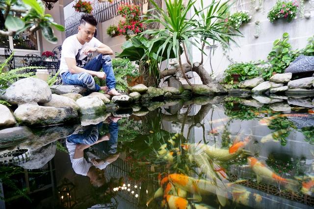 Ngoài ra, điểm nhấn nữa chính là hồ cá Koi Nhật ngay khoảng sân trước nhà tạo sự mát mẻ, thoáng đãng và thư giãn dễ chịu nhất. Nam ca sĩ cho biết mình đã nuôi những chú cá này được 3 năm, từng đoạt một số giải thưởng về cá Koi.