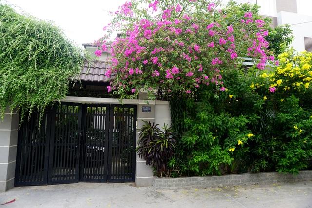 Ngay từ khi bước vào cổng đã thấy được cảm giác dễ chịu bởi hàng hoa giấy màu đỏ thắm đan xen hoa vàng tạo cảm giác thư thái.