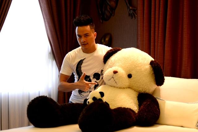 Cao Thái Sơn khoe món quà được khán giả tặng, anh ôm ngủ mỗi đêm là chú gấu này