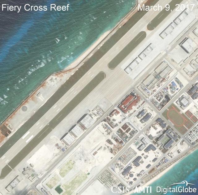 Ảnh vệ tinh ngày 9/3/2017 chụp các nhà chứa máy bay phi pháp của Trung Quốc trên đá Chữ Thập thuộc quần đảo Trường Sa của Việt Nam (Ảnh: CSIS)