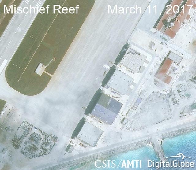 Ảnh vệ tinh ngày 11/3/2017 chụp các nhà chứa máy bay phi pháp của Trung Quốc tại khu vực phía bắc của đá Vành Khăn thuộc quần đảo Trường Sa của Việt Nam (Ảnh: CSIS)