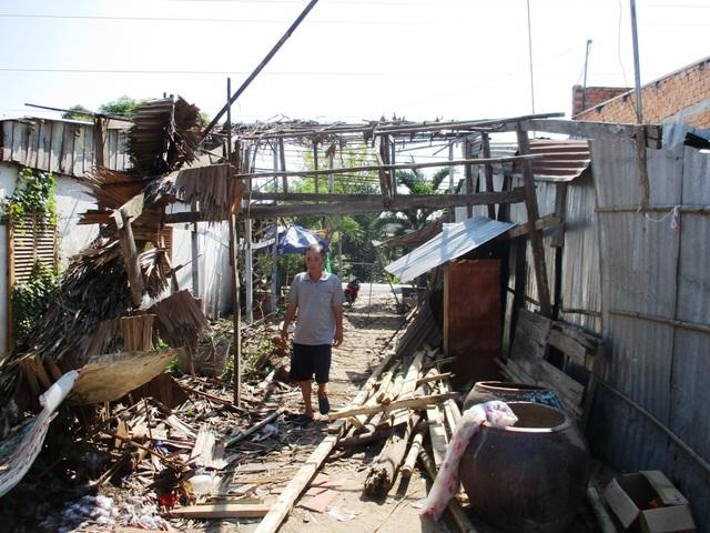 Khu vực sạt lở tại ấp Bình Hòa hiện có 227 hộ dân sinh sống và một số trụ sở HTX dịch vụ nông nghiệp Bình Hòa, cửa hàng vật liệu xây dựng, Công ty, trạm xăng dầu… cần phải di dời