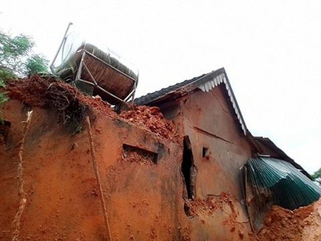 Sạt lở đất làm sập 2 ngôi nhà, hàng chục hộ dân phải di dời - 1