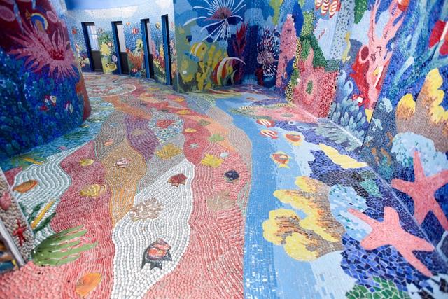 Tòa nhà có chu vi 60m, cao trung bình 6m. Là một trong tác giả tham gia thiết kế, họa sĩ Nguyễn Thu Thủy - tác giả Con đường gốm sứ - cho biết toà nhà được trang trí lấy cảm hứng từ chủ đề biển đảo. Nền nhà được lát gốm với màu chủ đạo là xanh dương, tái hiện lại đầy đủ cảnh quan của đại dương với san hô, sò, ốc, sao biển, hải quỳ và các loài cá.