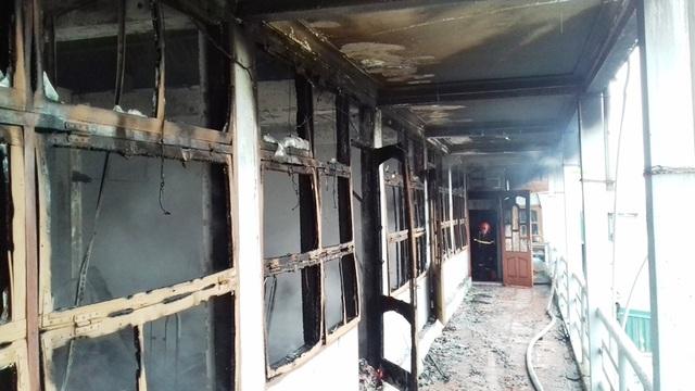 Sau hơn một tiếng đồng hồ, nhà hàng bị bà hỏa thiêu rụi hoàn toàn