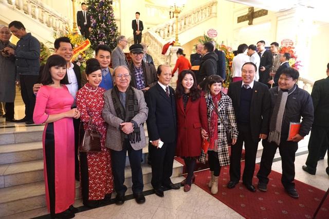 NSND Đoàn Dũng, NSƯT Chiều Xuân, NSƯT Trần Lực, ông Nguyễn Thế Vinh - nguyên GĐ Nhà hát Kịch Việt Nam bày tỏ nhiều cảm xúc khi gặp lại nhau.
