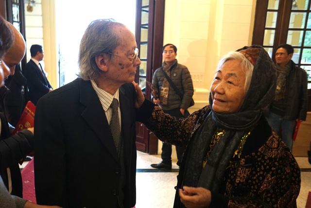 NSND Trần Tiến (bố của NSND Lê Khanh) thân tình trò chuyện với một nghệ sĩ lớn tuổi.