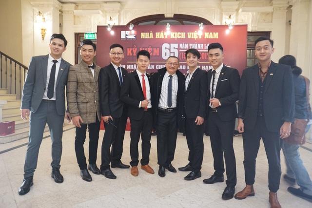 NSƯT Trần Đức và các diễn viên trẻ của Nhà hát Kịch Việt Nam.