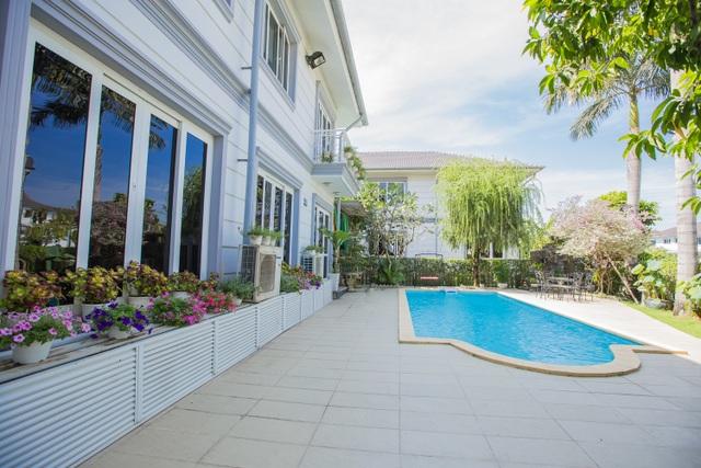 Căn nhà được thiết kế bể bơi và những góc lãng mạn để gia đình Hồ Quỳnh Hương thư giãn sau những giờ làm việc mệt mỏi.