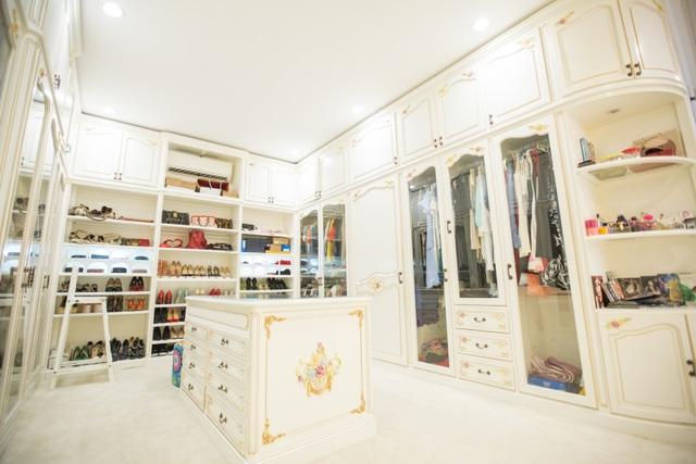 Tủ giầy dép, quần áo hoành tráng.