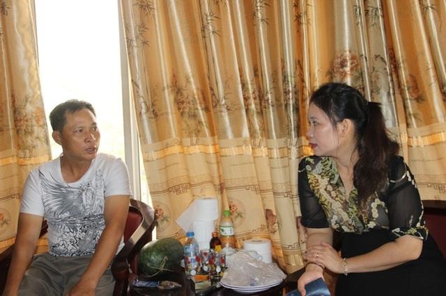 Chị Phan Thị Bảy trực tiếp hướng dẫn cho thân nhân các liệt sĩ