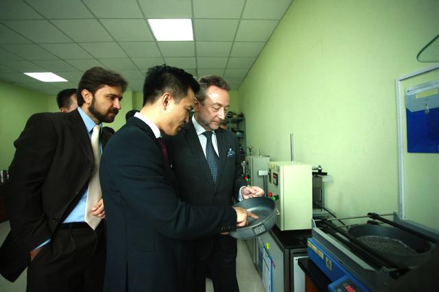 Ngài Đại sứ tìm hiểu quy trình kiểm định chất lượng sản phẩm của Tập đoàn Elmich