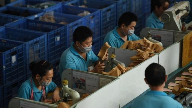 Các công nhân trong nhà máy Ganzhou, nơi sản xuất giày cho thương hiệu của Ivanka Trump (Ảnh: SCMP)