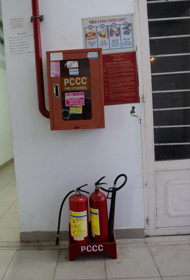 Mỗi lầu trong tòa nhà đều lắp đặt hệ thống PCCC và bình cứu hỏa.