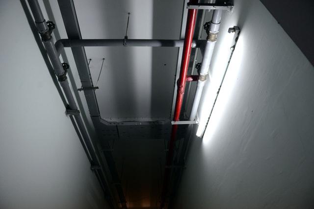Hệ thống đường ống nước, chữa cháy chạy dọc trần hành lang các tòa nhà.