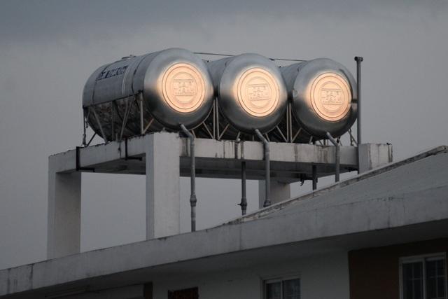 Hệ thống điện nước đầy đủ, đảm bảo cho các hộ dân sinh hoạt. Mỗi tòa nhà gắn khoảng 6 bình nước trên mái nhà.